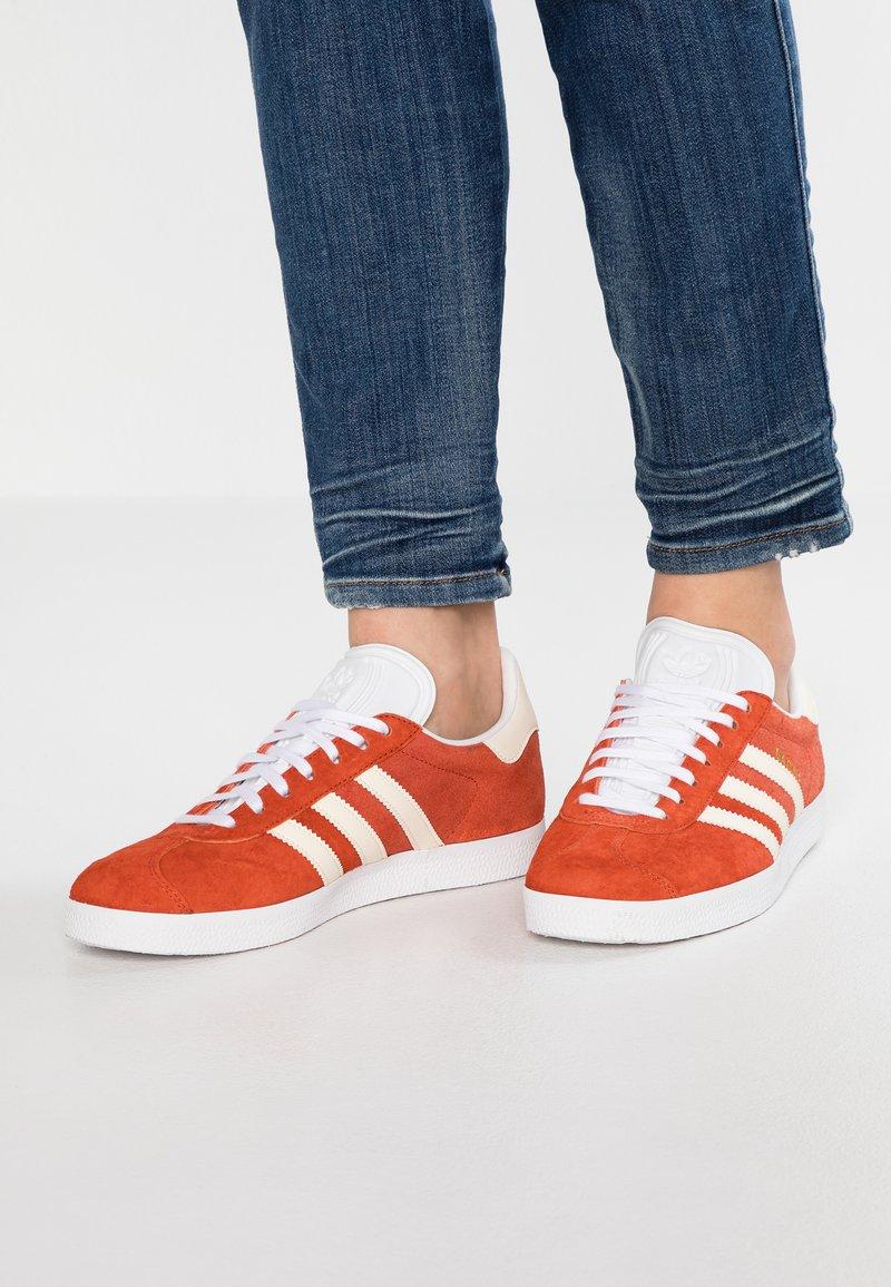 adidas Originals - GAZELLE - Sneaker low - raw amber/ecru tint/footwear white