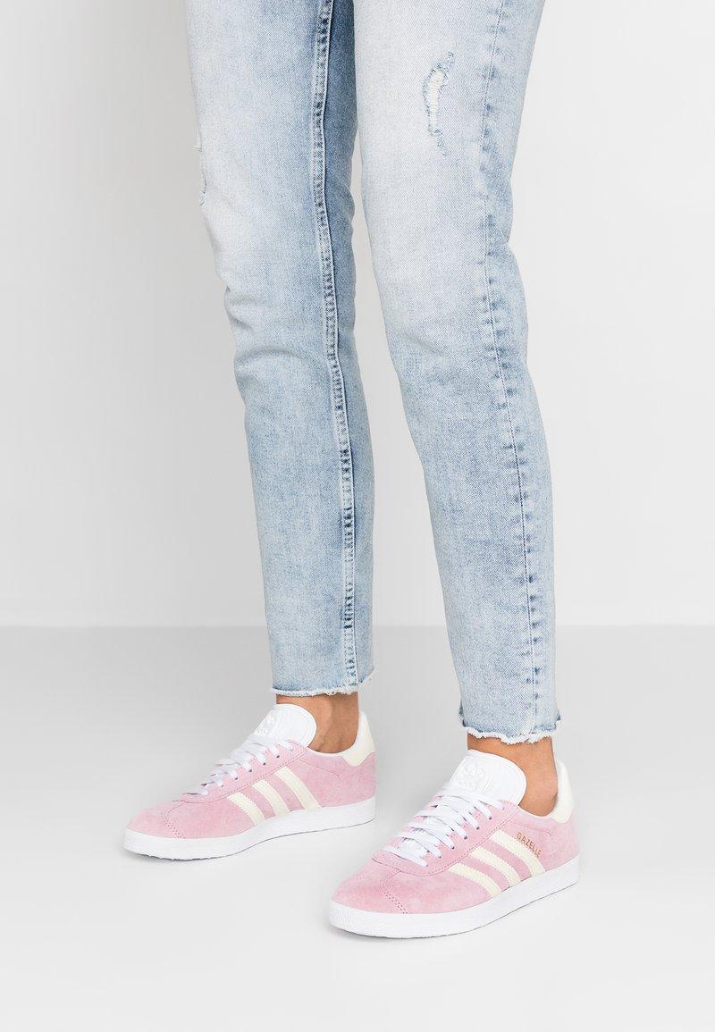 adidas Originals - GAZELLE - Sneakers laag - true pink/ecru tint/footwear white