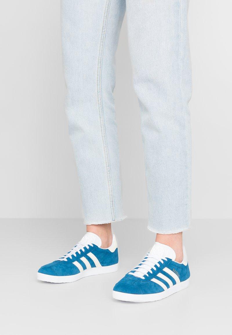 adidas Originals - GAZELLE - Sneaker low - legend marine/ecru tint/footwear white