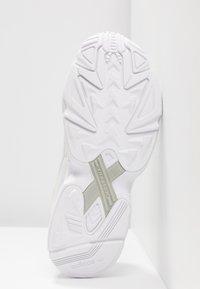 adidas Originals - FALCON - Baskets basses - core white/sesame/footwear white - 8