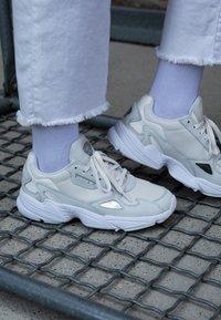 adidas Originals - FALCON - Baskets basses - core white/sesame/footwear white - 4
