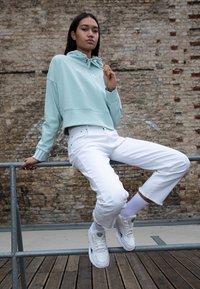 adidas Originals - FALCON - Baskets basses - core white/sesame/footwear white - 3