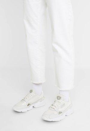 FALCON - Matalavartiset tennarit - core white/sesame/footwear white