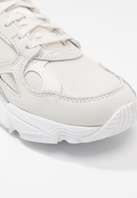 adidas Originals - FALCON - Baskets basses - core white/sesame/footwear white - 2
