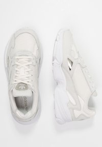 adidas Originals - FALCON - Baskets basses - core white/sesame/footwear white - 6