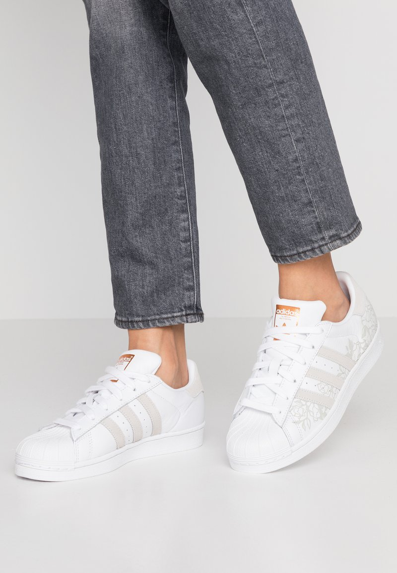 adidas Originals - SUPERSTAR  - Sneaker low - footwear white/copper metallic