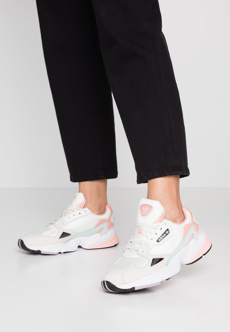 adidas Originals - FALCON  - Sneaker low - white tint/raw white/trace pink