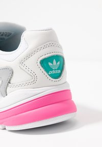 adidas Originals - FALCON - Sneakers basse - footwear white/solar pink/silver metallic - 2