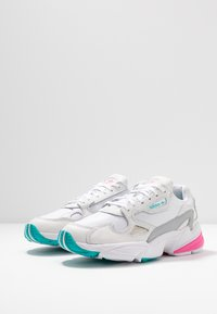 adidas Originals - FALCON - Sneakers basse - footwear white/solar pink/silver metallic - 6