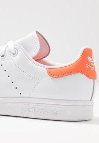 adidas Originals - STAN SMITH - Baskets basses - footwear white/solar orange - 2