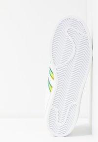 adidas Originals - SUPERSTAR SHINY STRIPES SHOES - Sneakersy niskie - footwear white/gold metallic - 6