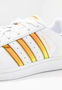 adidas Originals - SUPERSTAR SHINY STRIPES SHOES - Sneakersy niskie - footwear white/gold metallic - 2