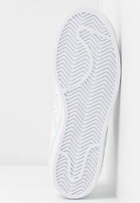 adidas Originals - SUPERSTAR SHINY STRIPES SHOES - Sneakers laag - footwear white/super collegiate/gold metallic - 6