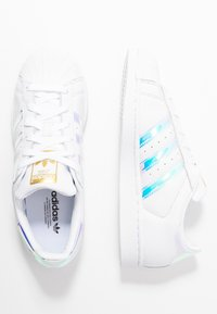 adidas Originals - SUPERSTAR SHINY STRIPES SHOES - Sneakers laag - footwear white/super collegiate/gold metallic - 3