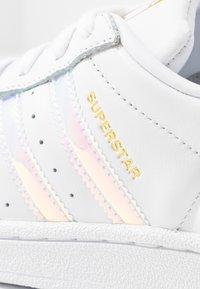 adidas Originals - SUPERSTAR SHINY STRIPES SHOES - Sneakers laag - footwear white/super collegiate/gold metallic - 2