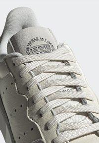 adidas Originals - SUPERCOURT - Tenisky - owhite/owhite/crywht - 7