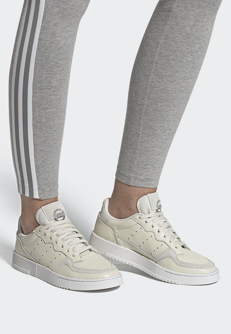adidas Originals - SUPERCOURT - Sneakers laag - owhite/owhite/crywht