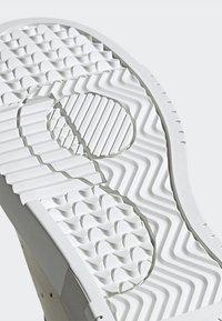 adidas Originals - SUPERCOURT - Tenisky - owhite/owhite/crywht - 9