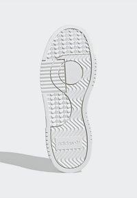 adidas Originals - SUPERCOURT - Tenisky - owhite/owhite/crywht - 5