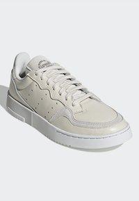 adidas Originals - SUPERCOURT - Tenisky - owhite/owhite/crywht - 3