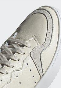 adidas Originals - SUPERCOURT - Tenisky - owhite/owhite/crywht - 8