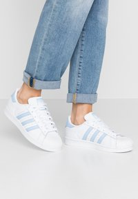adidas Originals - SUPERSTAR METALLIC GLIMMER SHOES - Sneakersy niskie - footwear white/glow blue/core black - 0