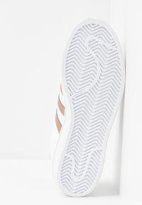 adidas Originals - SUPERSTAR METALLIC GLIMMER SHOES - Sneakersy niskie - footwear white/copper metallic/core black - 6