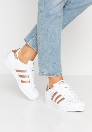 SUPERSTAR METALLIC GLIMMER SHOES - Sneakers laag - footwear white/copper metallic/core black