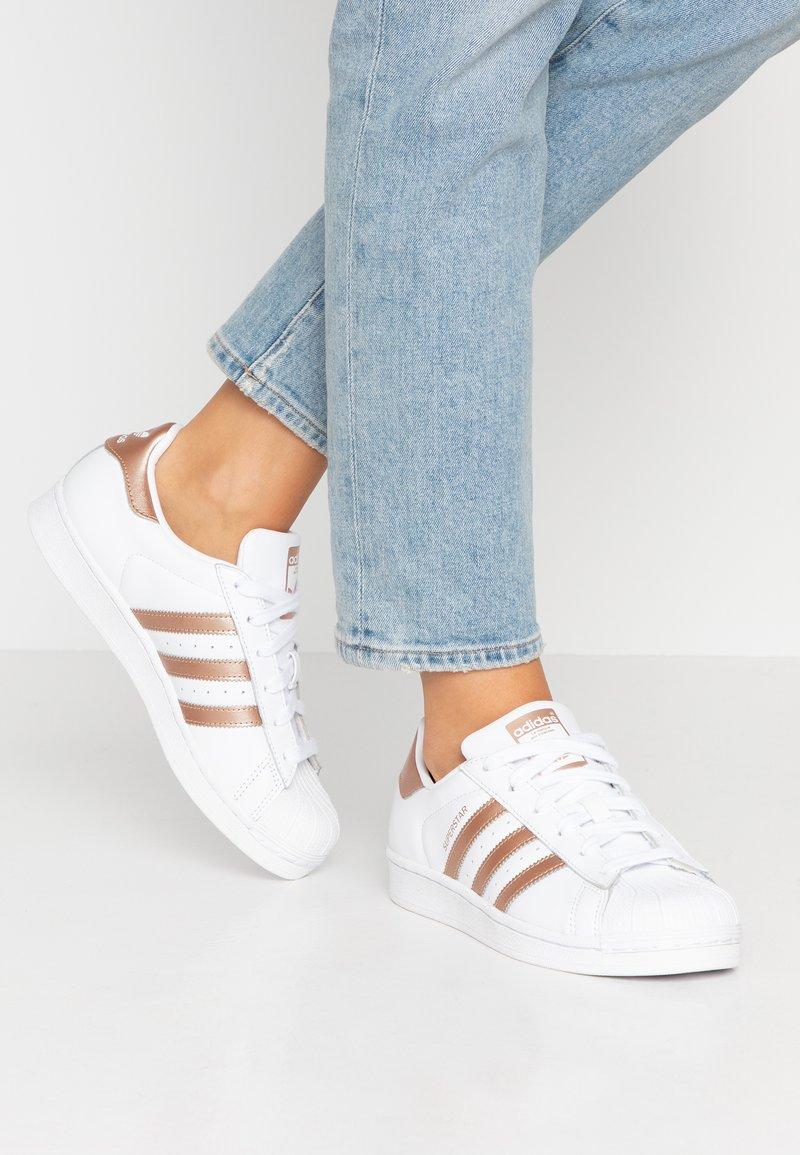 adidas Originals - SUPERSTAR METALLIC GLIMMER SHOES - Sneakersy niskie - footwear white/copper metallic/core black