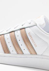 adidas Originals - SUPERSTAR METALLIC GLIMMER SHOES - Sneakersy niskie - footwear white/copper metallic/core black - 2