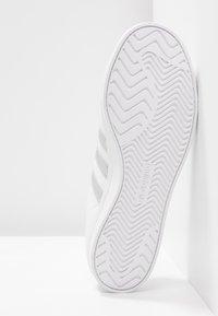 adidas Originals - COAST STAR - Sneakersy niskie - footwear white/silver metallic/core black - 6