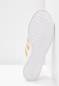 adidas Originals - COAST STAR - Baskets basses - footwear white/gold metallic/core black - 6