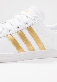 adidas Originals - COAST STAR - Joggesko - footwear white/gold metallic/core black - 2