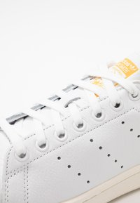adidas Originals - STAN SMITH - Joggesko - footwear white/active gold/optic white - 2