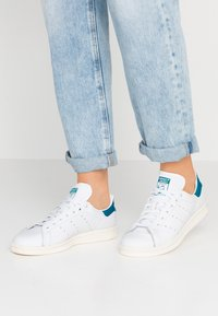 adidas Originals - STAN SMITH - Sneakers laag - footwear white/active teal/offwhite - 0