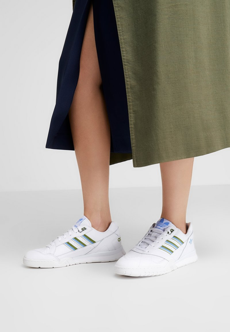 adidas Originals - A.R. TRAINER  - Sneakers laag - footwear white/tech olive/real blue
