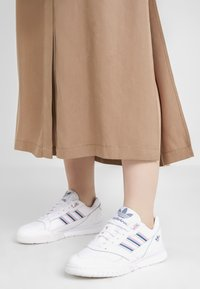 adidas Originals - A.R. TRAINER  - Sneakers laag - footwear white/true pink/tech mint - 0