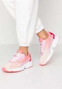 adidas Originals - FALCON - Matalavartiset tennarit - ecru tint/ice pink/true pink - 0