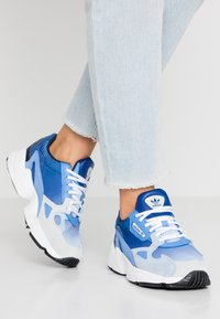 adidas Originals - FALCON - Sneakers laag - blue tint/glow blue/real blue - 0