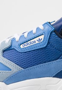 adidas Originals - FALCON - Sneakers laag - blue tint/glow blue/real blue - 2
