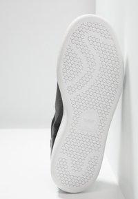 adidas Originals - STAN SMITH - Sneaker low - core black/gold metallic/footwear white - 6