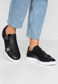 adidas Originals - STAN SMITH - Sneaker low - core black/gold metallic/footwear white - 0
