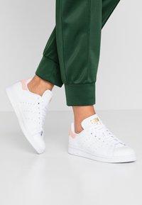 adidas Originals - STAN SMITH - Sneaker low - footwear white/glow pink - 0