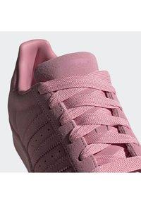adidas Originals - SUPERSTAR SHOES - Sneaker low - pink - 6