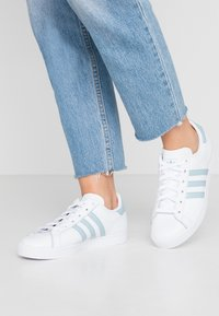 adidas Originals - COAST STAR STREETWEAR-STYLE SHOES - Tenisky - footwear white/ash green - 0