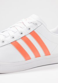 adidas Originals - COAST STAR STREETWEAR-STYLE SHOES - Tenisky - footwear white/semi coral - 2