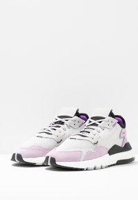 adidas Originals - NITE JOGGER - Sneakers laag - grey one/soft vision - 4