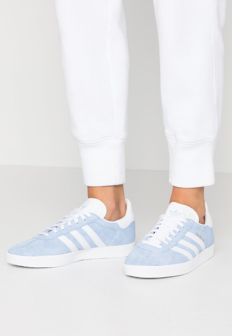 adidas Originals - GAZELLE - Sneakers laag - globe blue/footwear white/gold metalic