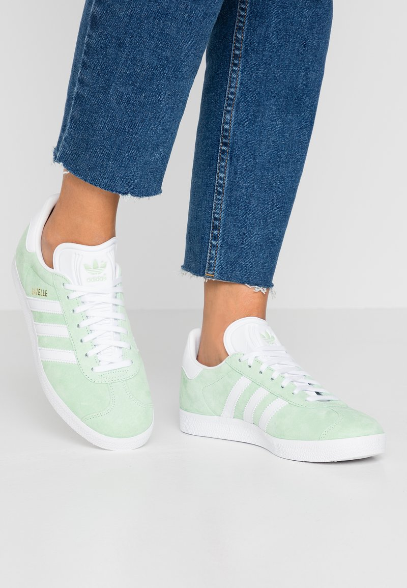 adidas Originals - GAZELLE - Baskets basses - glow green/footwear white/gold metallic