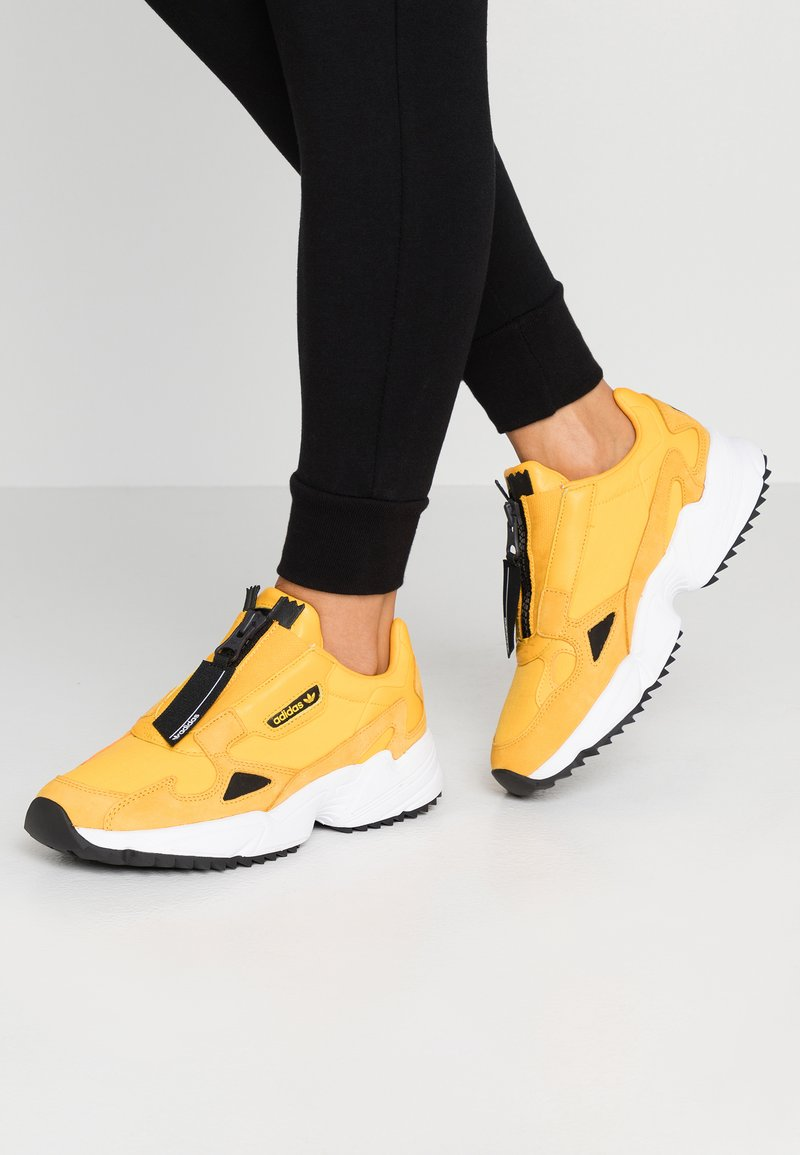 adidas Originals - FALCON ZIP  - Joggesko - active gold/core black/footwear white